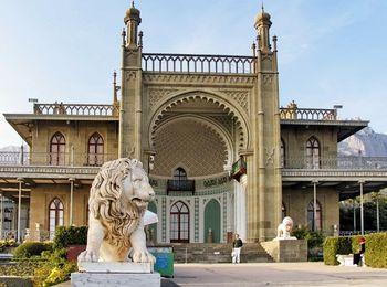 Знаменитые львы у входа во дворец