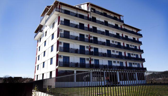 На территории заповедника расположен отель Апсара