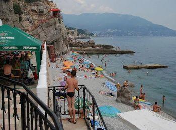 На пляже есть множество кафе