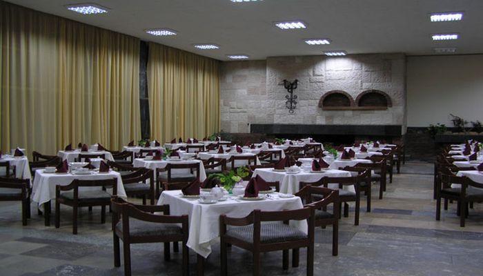 Туристы питаются в столовой пансионата