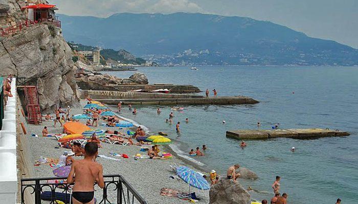 Галечный пляж санатория